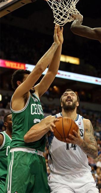 Brasileiro Vitor Faverani, do Celtics, na disputa de bola - Foto: Agência Reuters
