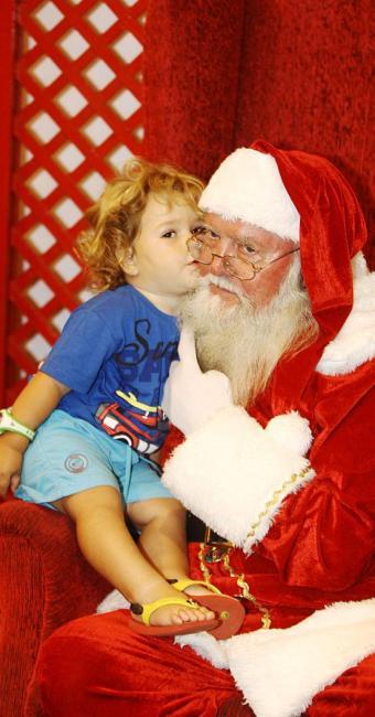 Guilherme Britto, 3 anos, em visita ao Papai Noel em um dos shoppings de Salvador - Foto: Lúcio Távora   Ag. A TARDE