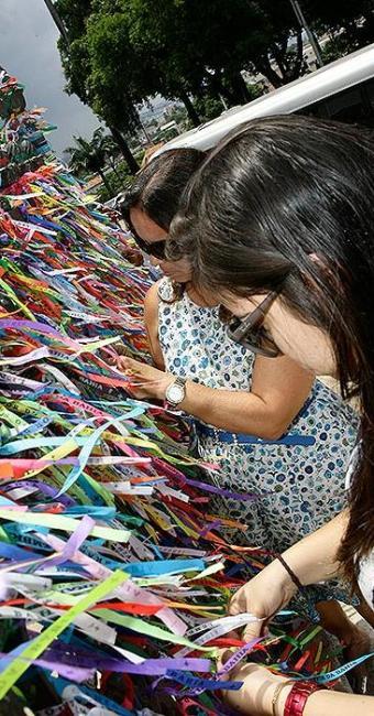 Devotas amarram fitas no gradil da Basílica do Bonfim - Foto: Marco Aurélio Martins   Ag. A TARDE