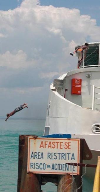 Adolescentes pulam do ferry Ivete, que está em reparos - Foto: Fernando Amorim | Ag. A TARDE