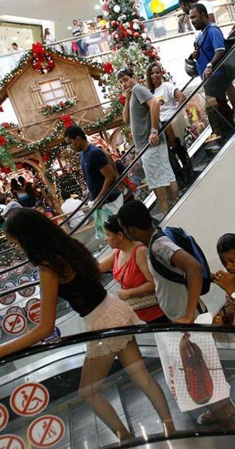 Quem adiou as compras de Natal já tem motivos para retornar aos shoppings - Foto: Fernando Amorim   Ag. A TARDE