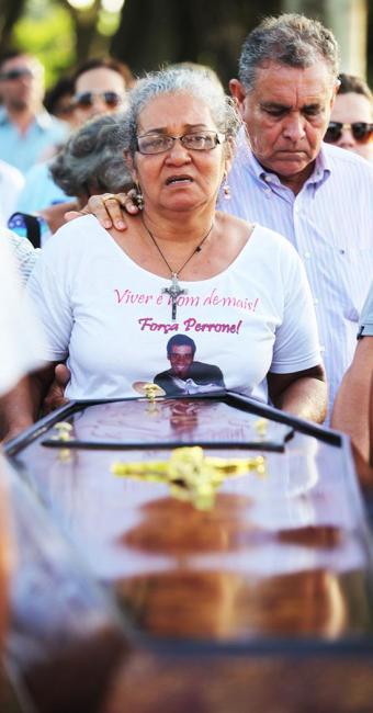Lúcia Roriz, mãe de Perrone, acompanha enterro do filho no Cemitério Jardim da Saudade - Foto: Edilson Lima / Ag. A Tarde
