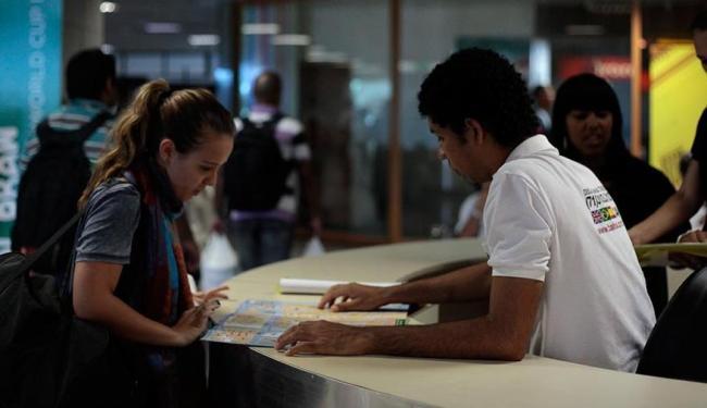 A repórter Giuliana Mancini se passou por estrangeira para testar atendimento aos turistas - Foto: Raul Spinassé   Ag. A TARDE