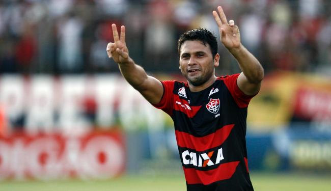 Símbolo da equipe no torneio, Maxi Biancucchi comemora seu décimo gol no Campeonato Brasileiro - Foto: Raul Spinassé   Ag. A TARDE