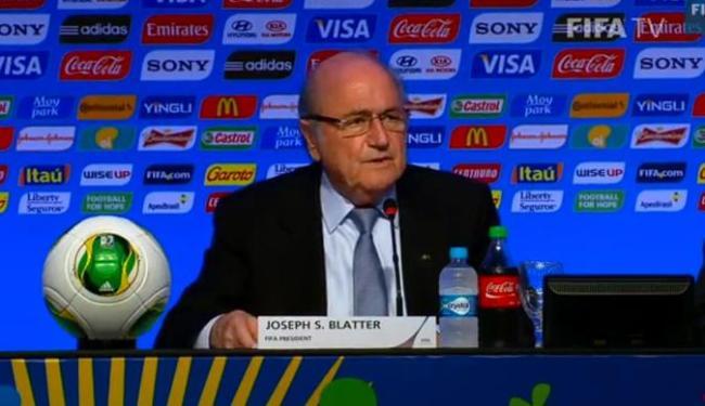 O presidente da Fifa, Joseph Blatter, preside a coletiva na Costa do Sauípe, na Bahia - Foto: Reprodução | YouTube