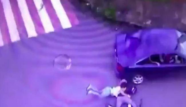 Casal em moto é derrubado por bandidos que fugiam da polícia - Foto: Reprodução | YouTube