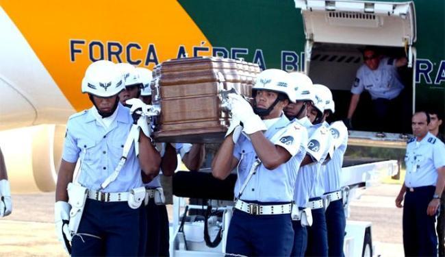 Caixão chegou na capital baiana por volta das 17h desta terça-feira - Foto: Manu Dias   GOVBA