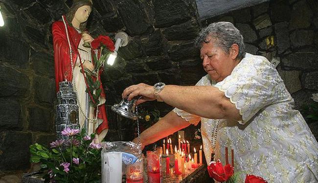 Isabel Moura, 63, retocou o altar do Mercado de Santa Bárbara, onde não há caruru nesta quarta - Foto: Joá Souza | Ag. A TARDE