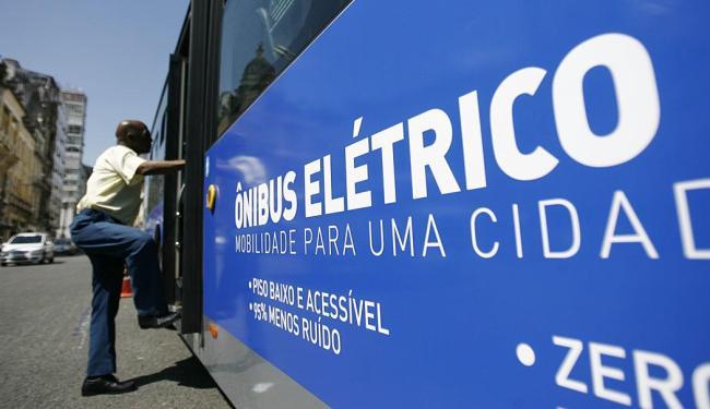 Ônibus elétrico circulará no trajeto Aeroporto-Lapa ao custo de R$ 2.80 - Foto: Raul Spinassé | Ag. A TARDE