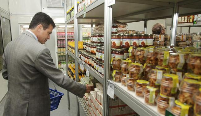 Secretário de Agricultura, Eduardo Salles, visita a loja da Cesta do Povo, pela primeira vez na Fena - Foto: Divulgação   Seagri