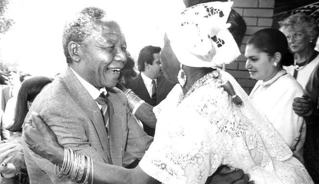 No Palácio de Ondina, onde foi recebido por ACM, Mandela abraça baiana com entusiasmo - Foto: Wilson Besnosik | A TARDE | 3.8.1991