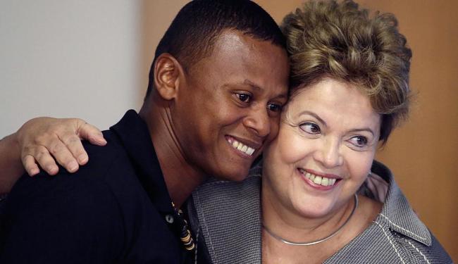 Dilma Rousseff abraça Joilson Conceição, membro de comunidade quilombola - Foto: AP Photo