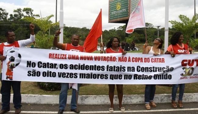 Manifestantes da CUT protestam contra a situação dos trabalhadores no Catar - Foto: Lúcio Távora / Ag. A Tarde