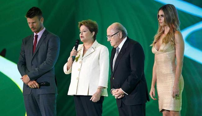 Dilma faz pronunciamento ao lado do presidente da Fifa, Joseph Blatter, e apresentadores do evento - Foto: Eduardo Martins | Ag. A TARDE