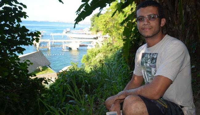 Gilsimar Gonçalves e os píeres vizinhos ao fundo - Foto: Marcelo Machado | Ag. A TARDE