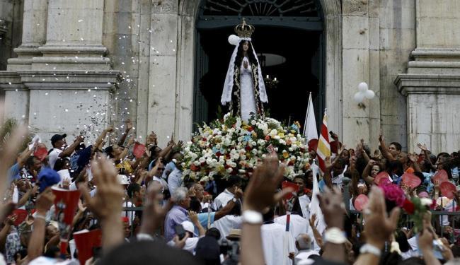 Fiéis iniciam procissão com imagem de Nossa Senhora da Conceição da Praia - Foto: Raul Spinassé | Ag. A TARDE