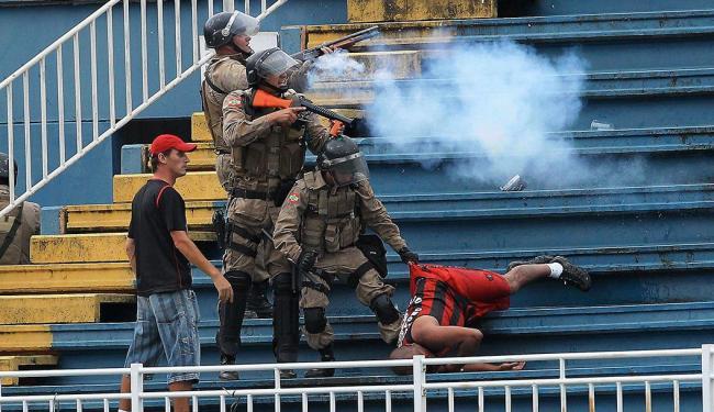 Jogo ficou interrompido por mais de uma hora - Foto: Carlos Moraes | Estadão Conteúdo