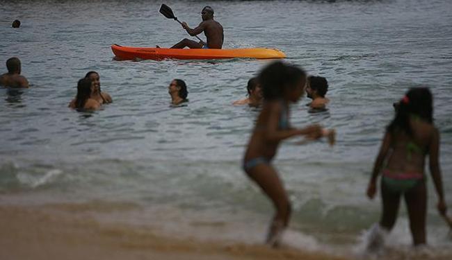 Inema adverte que banhistas correm risco de contaminação e aponta que a situação é grave porque falt - Foto: Raul Spinassé | Ag. A TARDE