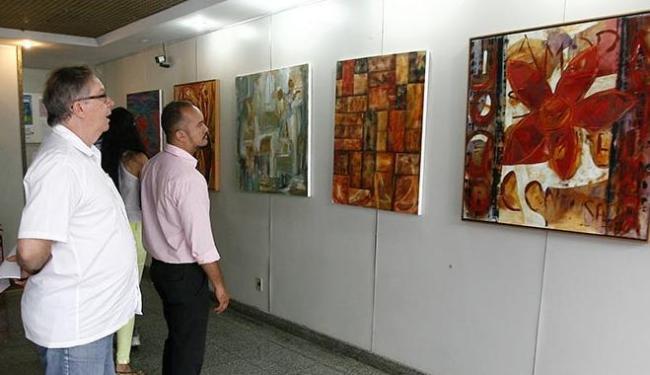 A cor é um elemento forte nas telas da artista, que utiliza a técnica acrílico sobre tela nas obra - Foto: Luciano da Matta | Ag. A TARDE