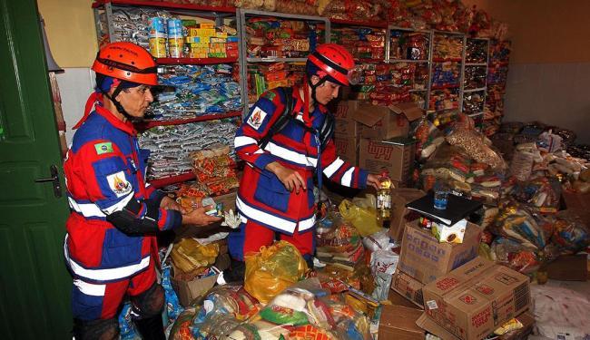 Bombeiros organizam alimentos doados às vítimas - Foto: Haroldo Abrantes | GOVBA