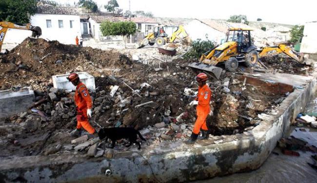 Com ajuda de cães, bombeiros procuram por desaparecidos - Foto: Raul Spinassé / Ag. A TARDE