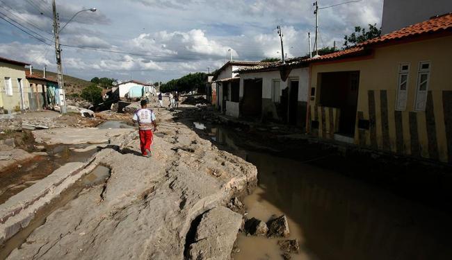 Casas e ruas destruídas - Foto: Raul Spinassé | Ag. A TARDE