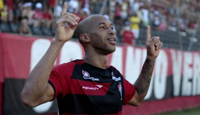 Dinei sofreu duas fraturas na face devido a um choque contra o goleiro Victor, do Atlético-MG - Foto: Raul Spinassé | Ag. A Tarde