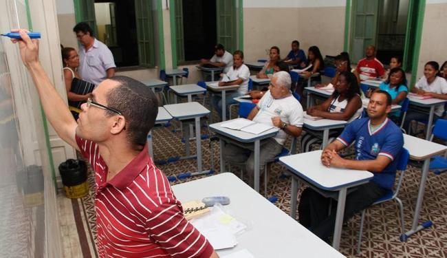 Alunos em aula do curso noturno do Colégio Central, que será suspenso em 2014 - Foto: Joá Souza | Ag. A TARDE
