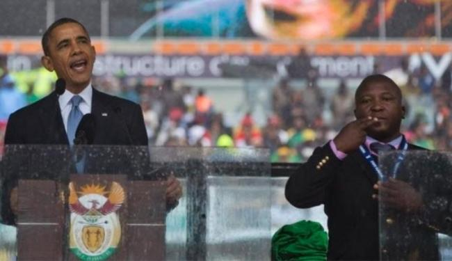 Impostor aparece ao lado de Obama fingindo traduzir discurso para surdos e mudos - Foto: AP