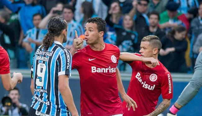Leandro Damião (no centro) não teve uma boa temporada pelo Internacional, em 2013 - Foto: Tarlis Schneider | Estadão Conteúdo