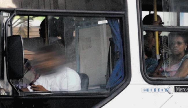 Motorista utiliza o celular enquanto dirige veículo na rua Silveira Martins - Foto: Lúcio Távora | Ag. A TARDE