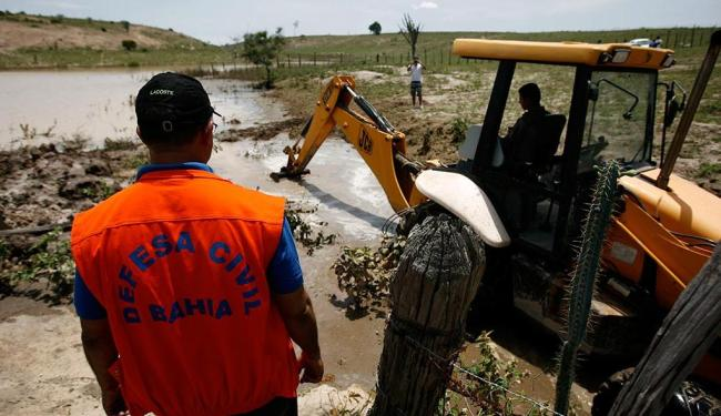 Uma retroescavadeira foi usada na abertura de canal na cidade de Lajedinho - Foto: Raul Spinassé | Ag. A TARDE