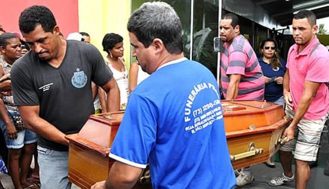 Corpo foi levado para o IML de Itamaraju, onde passará por perícia - Foto: Edson Viana | Site Primeiro Jornal