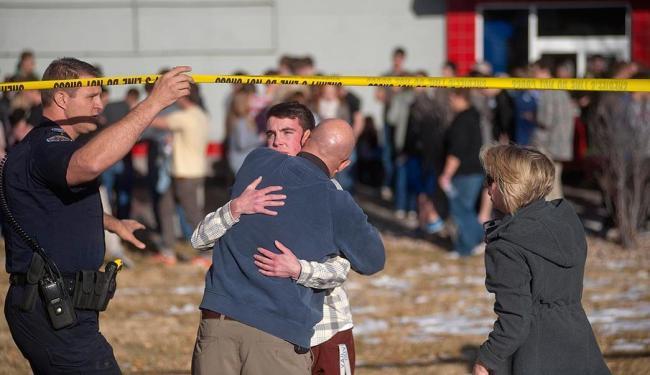 Estudantes se reúnem com seus pais perto do colégio Arapahoe, nos Estados Unidos - Foto: Agência Reuters