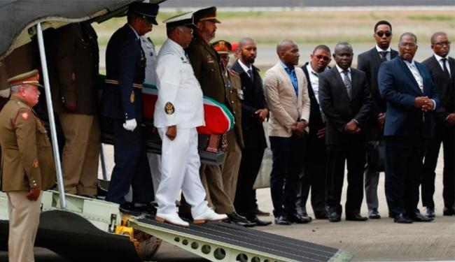 O avião com o caixão decolou de Pretória às 8h e pousou no Aeroporto de Mthatha - Foto: AP