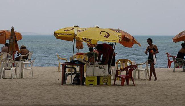 Na praia do Bogari, na Ribeira, vendendores seguem comercializando à moda antiga - Foto: Marco Aurélio Martins | Ag. A TARDE