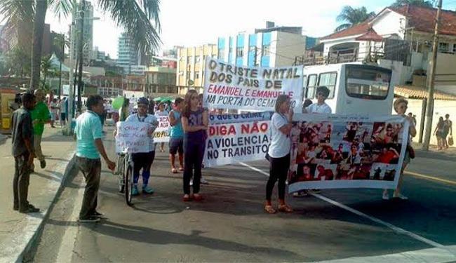 Parentes e amigos de Emanuel e Emanuele fazem caminhada da Barra até Ondina - Foto: Ricardo Beléns   Ag. A TARDE