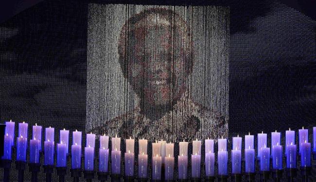 elas são acesas sob um retrato do ex-Presidente Nelson Mandela antes de sua cerimônia fúnebre - Foto: Agência Reuters