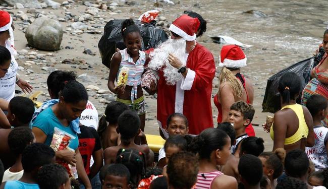Crianças de zero a 13 anos foram presenteadas neste domingo, na Gamboa - Foto: Luciano da Matta | Ag. A TARDE