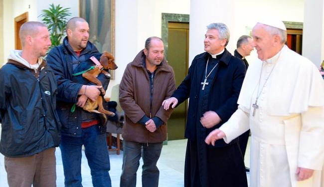 Papa foi apresentado a sem-tetos que vivem no bairro do Vaticano - Foto: Agência Reuters