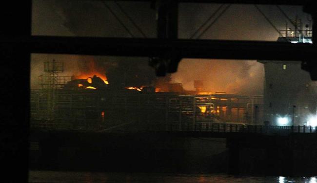 Dois tripulantes do navio ficaram feridos no incêndio - Foto: Lúcio Távora | Ag. A TARDE