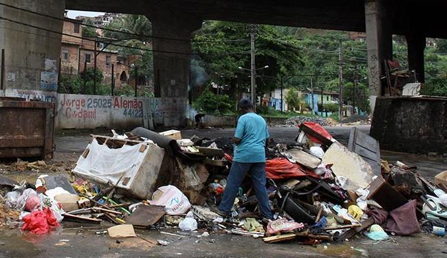 Nova lei, sancionada no início da semana, punirá quem jogar lixo na rua, como o descartado no Lobato - Foto: Lúcio Távora | Ag. A TARDE