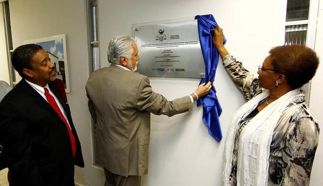 Governador Wagner e ministra Luiza Bairros descerraram a placa de inauguração - Foto: Eduardo Martins | Ag. A TARDE