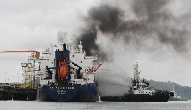 Seis rebocadores auxiliam no rescaldo aos focos de incêndio - Foto: Lúcio Távora | Ag. A TARDE