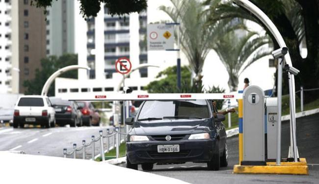 Apenas um shopping da capital informou que não irá cobrar pelas vagas - Foto: Raul Spinassé / Ag. ATARDE