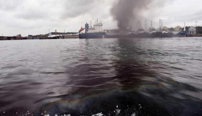 Após o incêndio ser controlado, uma mancha de óleo apareceu na baía - Foto: Lúcio Távora | Ag. A TARDE