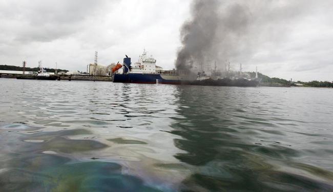 Mancha de óleo na baía atinge área de mais de dois quilômetros quadrados - Foto: Lúcio Távora | Ag. A TARDE
