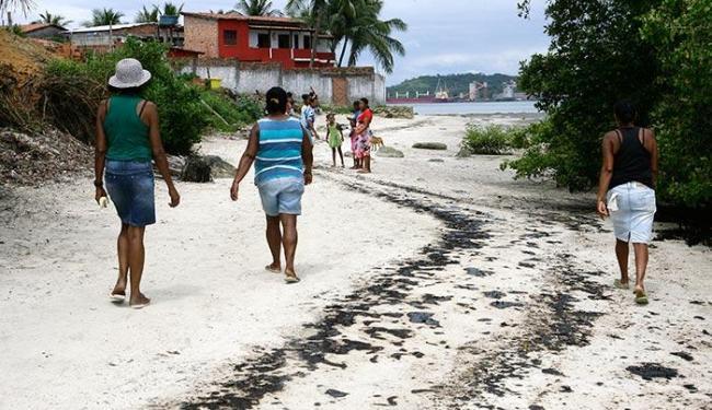 Moradores reclamam que peixes e mariscos foram afetados pela mancha nas praias e mangues - Foto: Marco Aurélio Martins | Ag. A TARDE