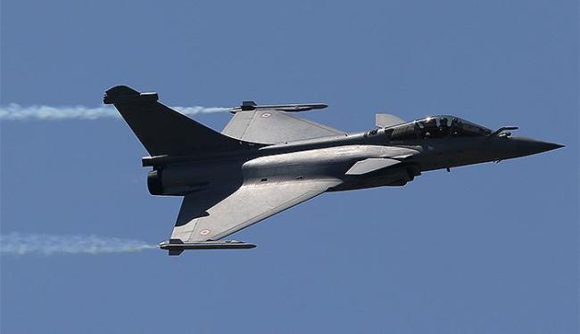 Presidente francês defende aeronave fabricada no país, apesar de fracasso de venda - Foto: Pascal Rossignol l Reuters