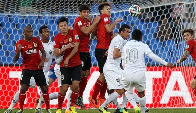 Em cobrança de falta perfeita, Ronaldinho empata no fim do primeiro tempo para o Galo - Foto: Amr Abdallah Dalsh l Reuters